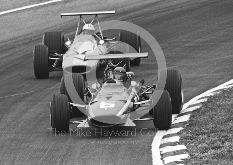 Jacky Ickx, Ferrari 312 V12 0009, leads Denny Hulme, McLaren Ford M7A, Brands Hatch, 1968 British Grand Prix.