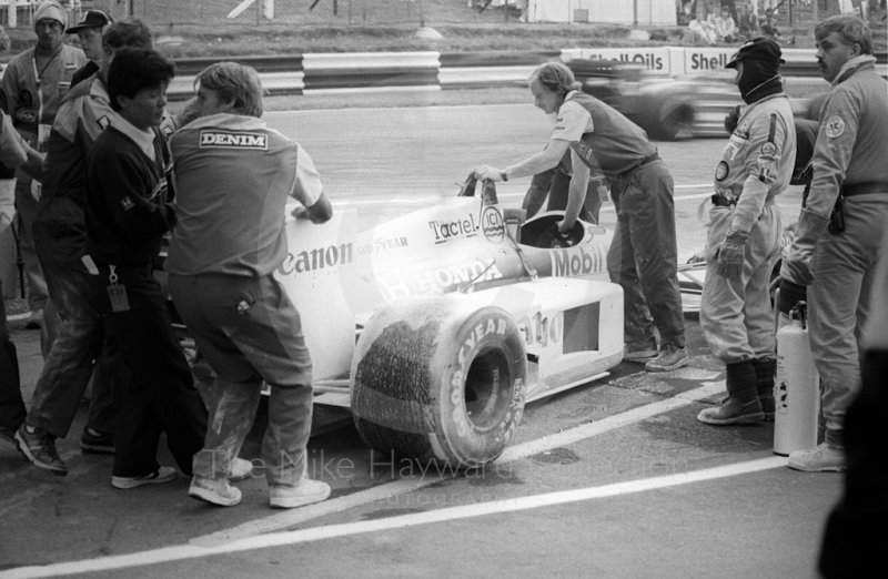 Nelson Piquet's Williams Honda FW11 covered in extinguisher powder in the pits, after a turbo fire in morning warm-up, Brands Hatch, 1986 British Grand Prix.