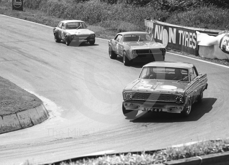 Dennis Leech, Ford Falcon Sprint (TPE 4F), followed by Roy Pierpoint, Chevrolet Camaro, and Frank Gardner, Alan Mann Ford Escort Twin Cam (XOO 349F), British Saloon Car Championship race, BRSCC Guards 4,000 Guineas International meeting, Mallory Park, 1969.