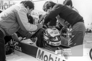 Nigel Mansell, Williams FW10, with mechanics in the pits at Brands Hatch, 1985 European Grand Prix.