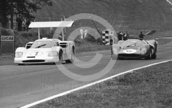 Phil Hill/Mike Spence, Chaparral 2F, and Chris Amon/Jackie Stewart, Ferrari 330P4, Brands Hatch, BOAC 500 1967.