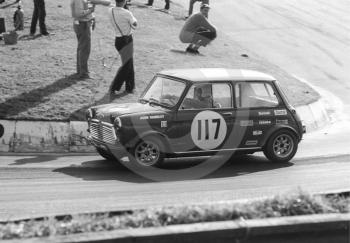 John Handley, British Leyland Mini Cooper S, Shaw's Hairpin, British Saloon Car Championship race, BRSCC Guards 4,000 Guineas International meeting, Mallory Park, 1969.