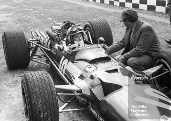 Pedro Rodriguez, BRM V12 P126, with Tony Rudd in the pit lane, Brands Hatch, 1968 British Grand Prix.