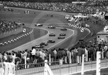 The field makes its way through South Bank Bend, 1985 European Grand Prix, Brands Hatch